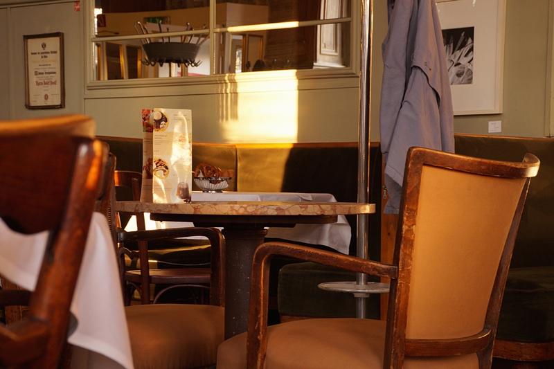 Wiener Kaffehaus Interior // Vienna coffee house interior