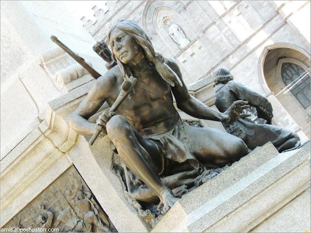 Monumento a Paul Chomedey de Maisonneuve: Escultura de un Guerrero Iroqués