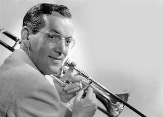 Fotografía de Glenn Miller con su trombón