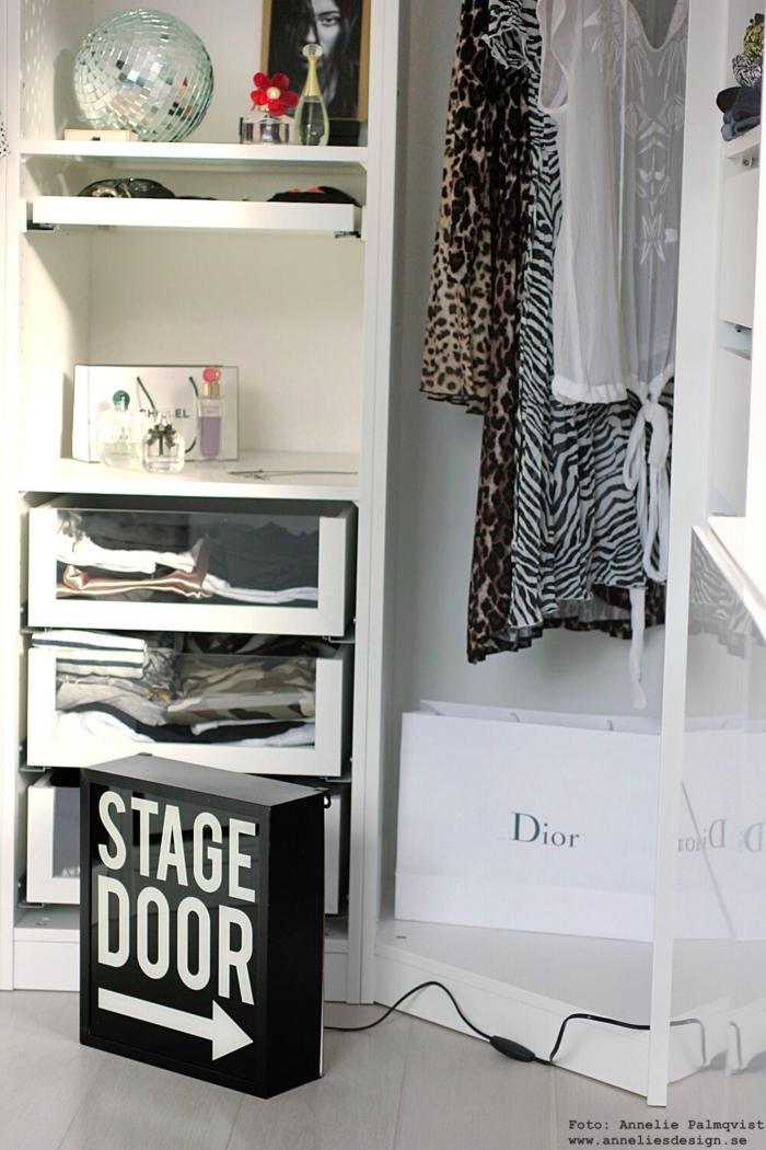 annelies design, webbutik, webbutiker, webshop, walk in closet, ljusskylt, skylt, skyltar, dekoration, svartvit, svartvita, svart och vitt, kläder, garderob, garderober, öppen garderob, modellbild, nätbutik, chanel