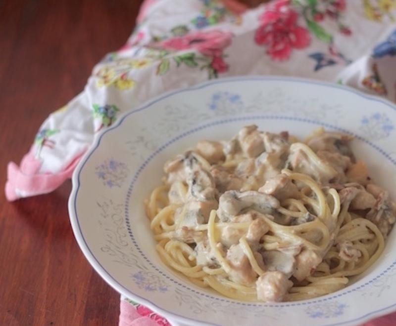 Espaguetis con nata y pollo