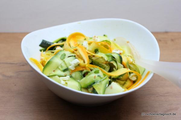 Zucchini-Salat mit Feta, Minze und gerösteten Mandeln