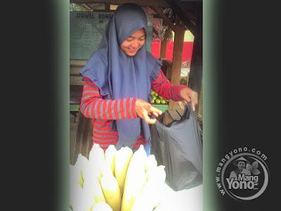 FOTO 2 : Neng Cantik Penjual Jagung Rebus Manis dari Subang