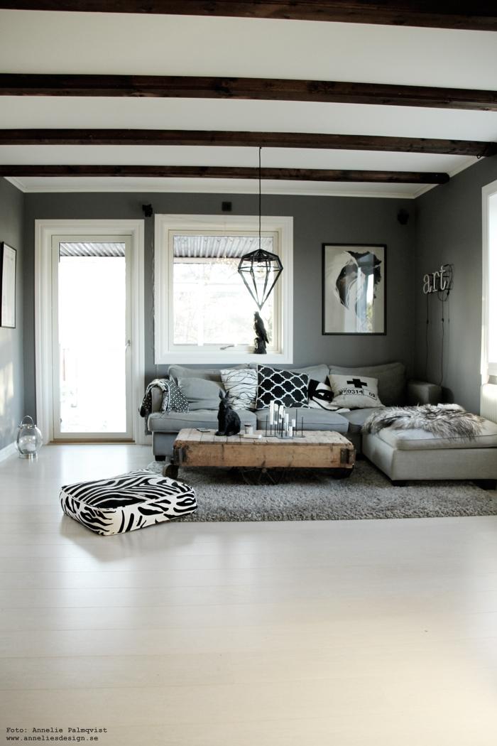 annelies design, webbutik, nätbutik, lampa, lampor, döden, dödenlampa, vit parkett, siffa vardagsrum, vardagsrummet, kanin, dekoration, inredning, falk, fågel, grått, grå, gråa, elce stockholm, & klevering, ljusstake, ljusstakar, candle cross, zebra,
