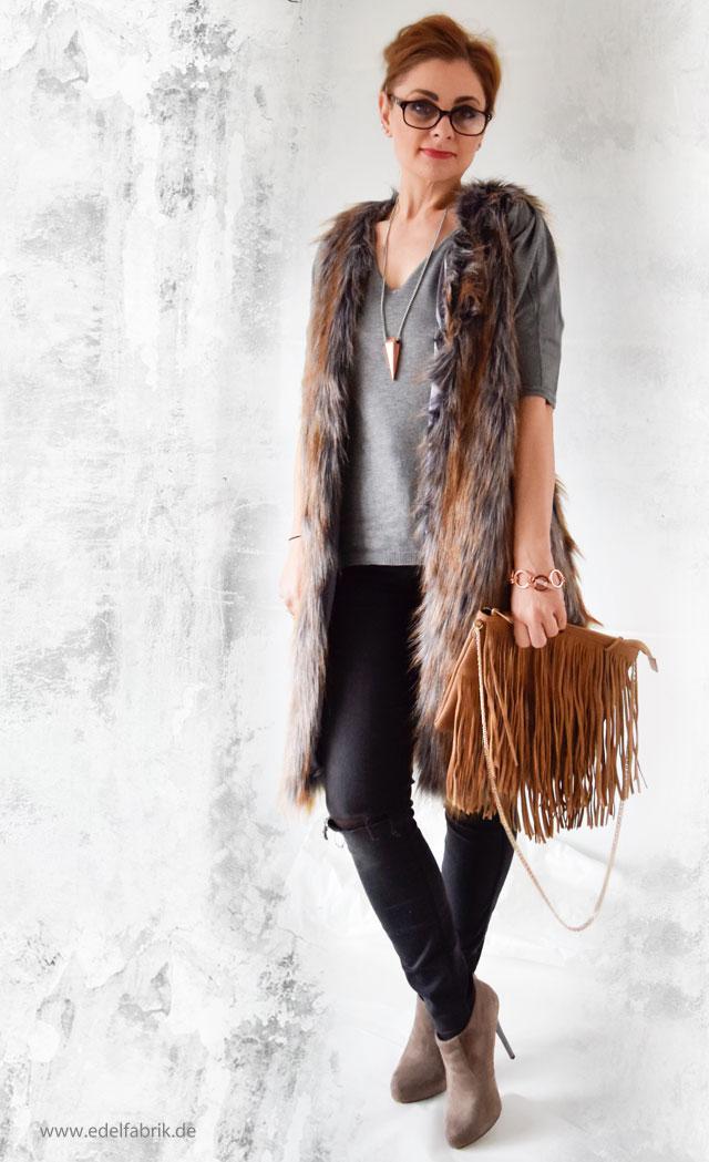 die Edelfabrik - Look mit grau brauner Fellweste, dunkler Jeans; fringebag