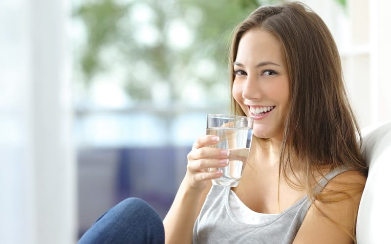 Manfaat minum air dingin dan minum air hangat