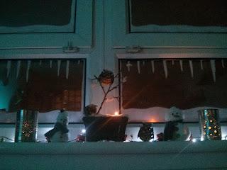 Karácsonyi díszítés az ablakpárkányon