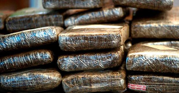 Oficiales de aduanas de EE.UU. se incautaron hace una semana de 2,513 libras (unos 1,140 kilos) de cocaína, valoradas en US 28.5 millones, y detuvieron a 3 dominicanos en un operativo en el noreste de Puerto Rico.