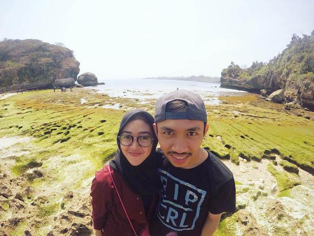 foto romantis di pantai batu bengkung malang
