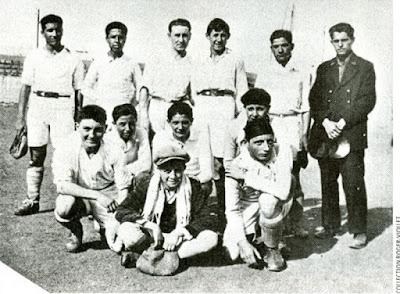 Η ποδοσφαιρική ομάδα του Αλμπέρ Καμύ, ενώ ήταν τερματοφύλακας στην Αλγερία