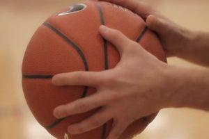 cara memegang bola basket
