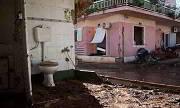 Παλεύουν με τη λάσπη οι κάτοικοι της Μάνδρας (φωτο)