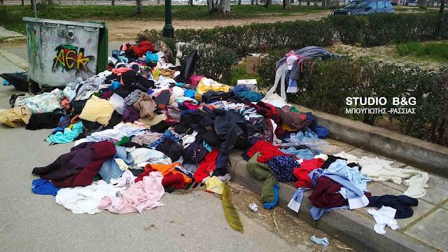 Ντροπή: Εκατοντάδες ρούχα πεταμένα σε δρόμο του Ναυπλίου