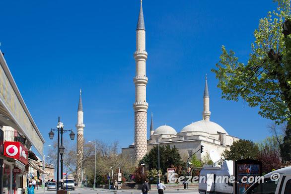 her bir minaresindeki farklı işleme ile dikkat çeken Üç Şerefeli Cami, Edirne