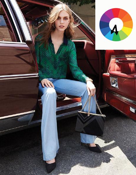 Комплект из аналогичных цветов сине-зеленая блузка и голубые джинсы