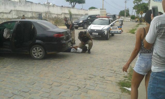 Criminosos tentam fugir da polícia, mas acabam presos