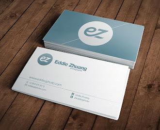 Açık mavi renkteki arkasında büyük bir logo bulunan ve ön tarafı beyaz olan bir kartvizit