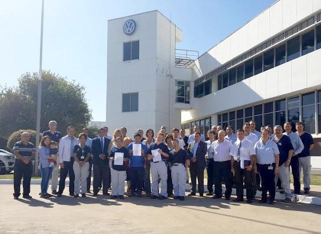 Trabajadores acompañados por APADIM firmaron sus contratos de empleo efectivo en Volkswagen
