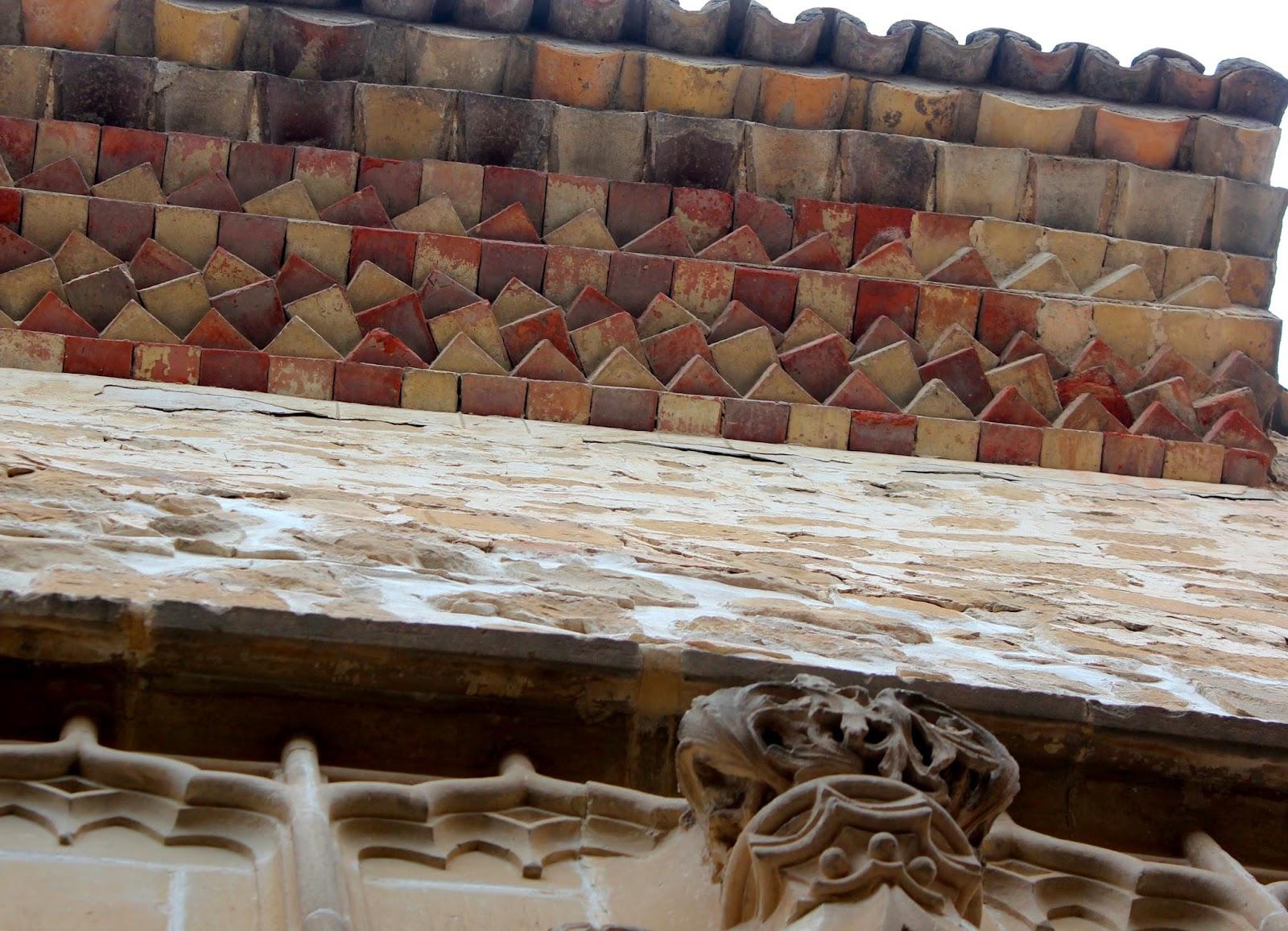 Alerón de ladrillos y tejas de la catedral de Baeza
