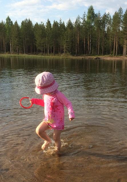 lapsi rannalla
