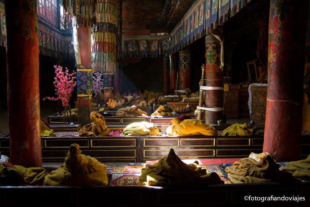 Tankas rodeando una sala de oración en un templo tibetano