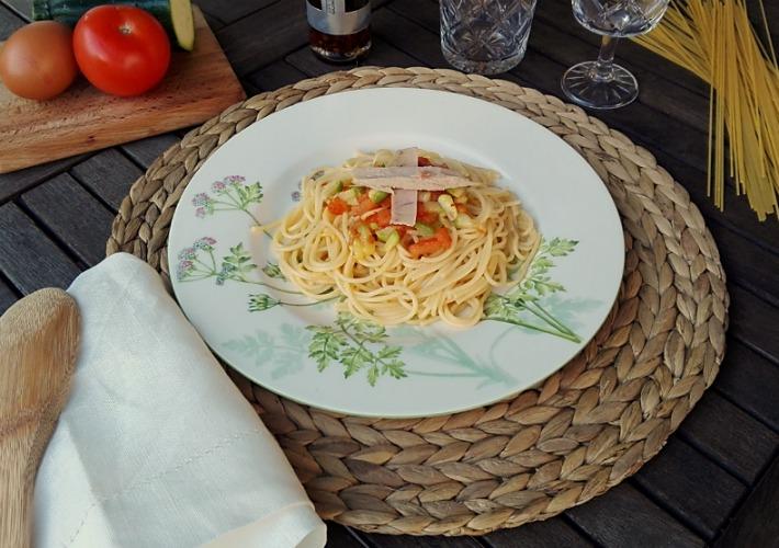 Pasta con vegetales y ventresca de bonito