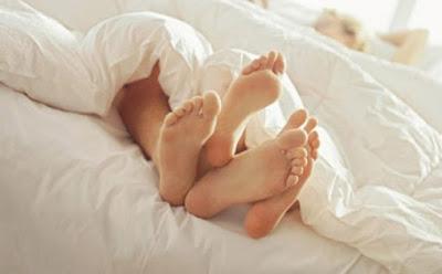 ممارسة الجنس رجل امرأة اقدام فتاة بنت سرير العلاقة الحميمة ممارسة الجنس  الجماع  man woman feet having sex making love sleeping