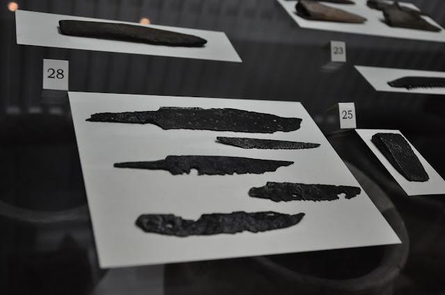 noże oraz przedmioty żelazne pochodzące z wykopalisk na grodzisku w Lubomii