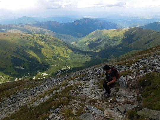 Rozpoczynamy schodzenie Jarząbczego Wierchu na Niską Przełęcz.
