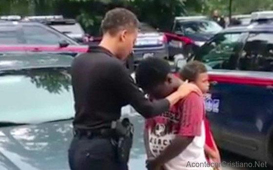 Mujer policía orando por niño de la calle