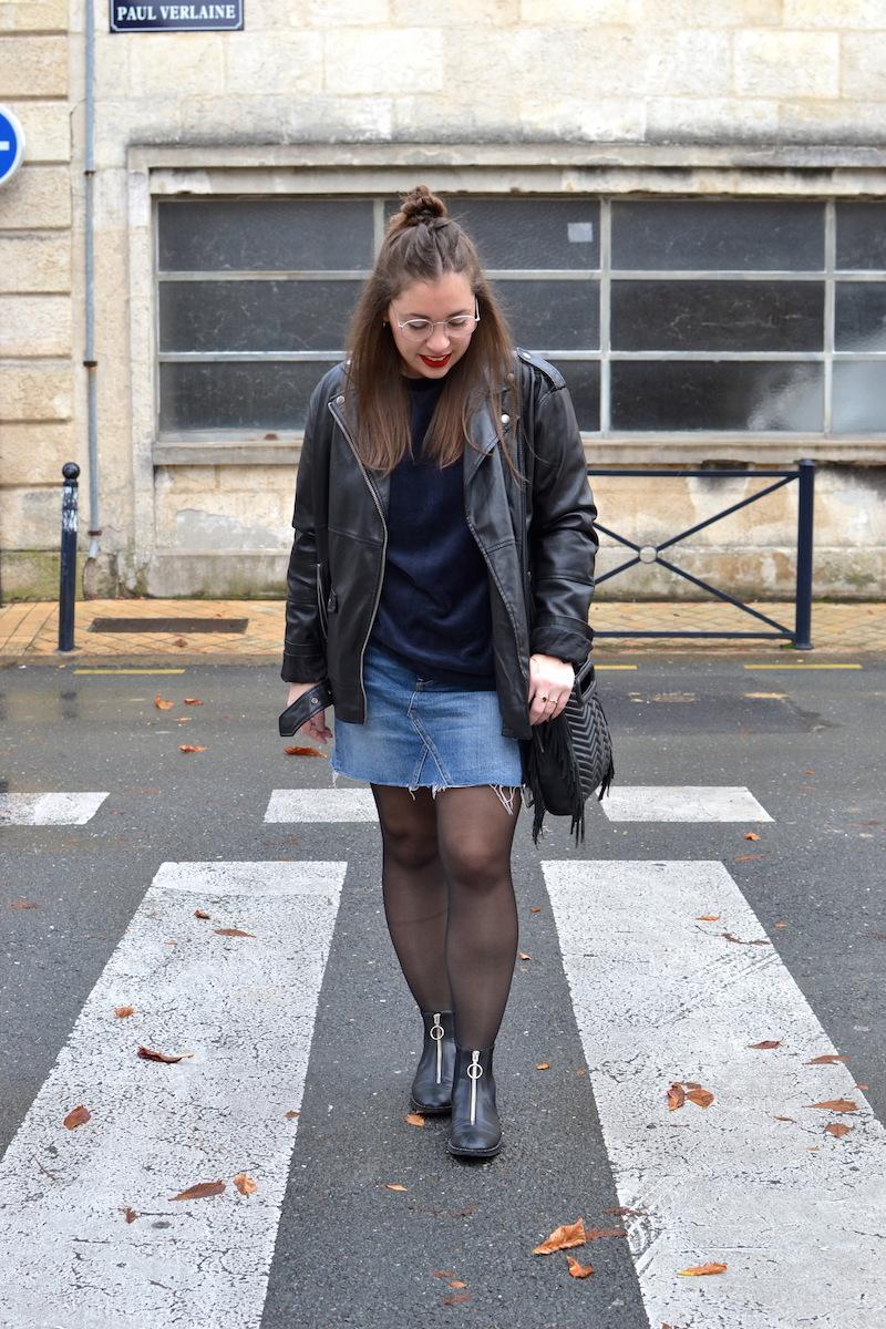 sweat velour H&M, jupe en jean H&M, perfecto oversize Monki, bottine zippé devant Stradivarius, sac M de Maje