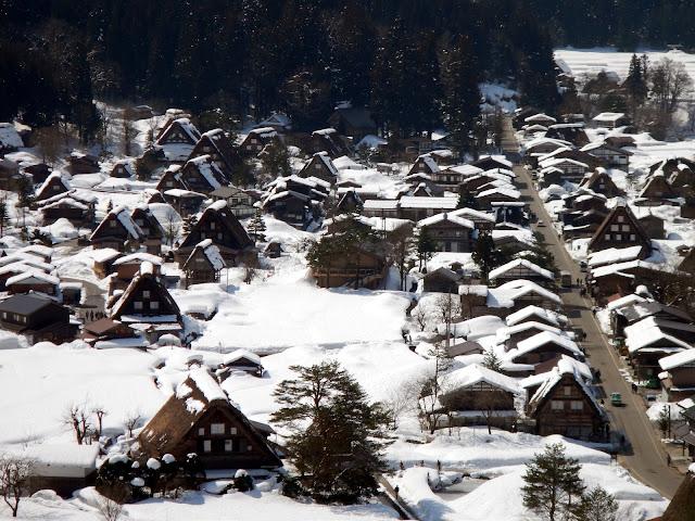 La aldea de Shirakawa-go nevada