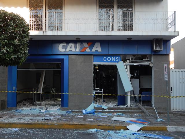 Quadrilha dispara tiros e explode caixas em duas agências bancárias em Jacutinga (MG)