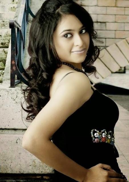 Sexy actress Sri Divya Photos