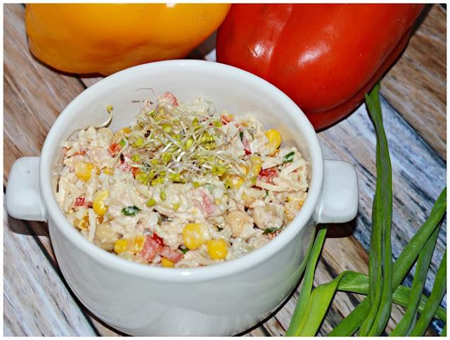 Sałatka z tuńczykiem, cieciorką i selerem konserwowym