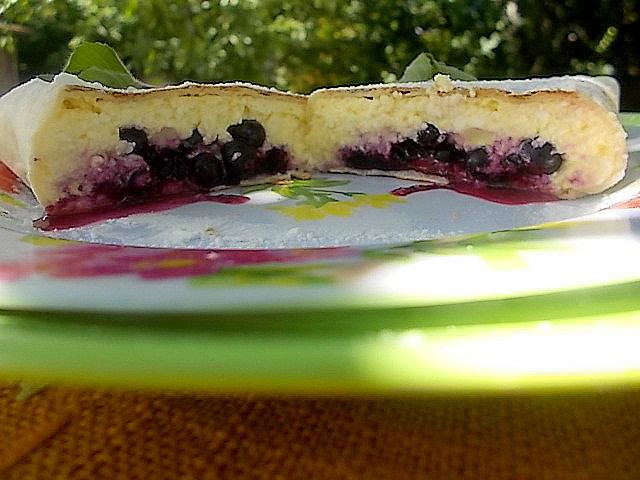 Serniczek z jagodami zawijany w tortillę.