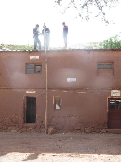 """In Casa Grande wurde dann 'mal die Multiband-Antenne richtig aufgehängt. Sie """"klebte"""" an der Hauswand und funktionierte nur mäßig."""
