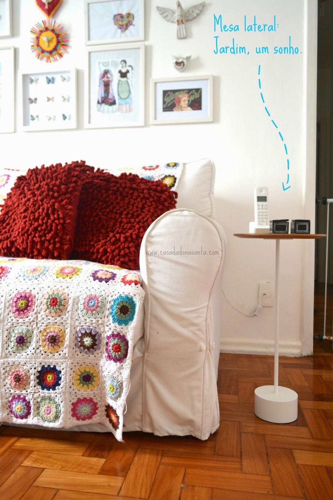 sofa com capa branca e manta de croche