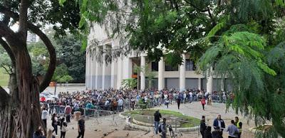 Fãs na fila do Estádio do Pacaembu para comprar ingressos do show de Sandy e Junior em São Paulo