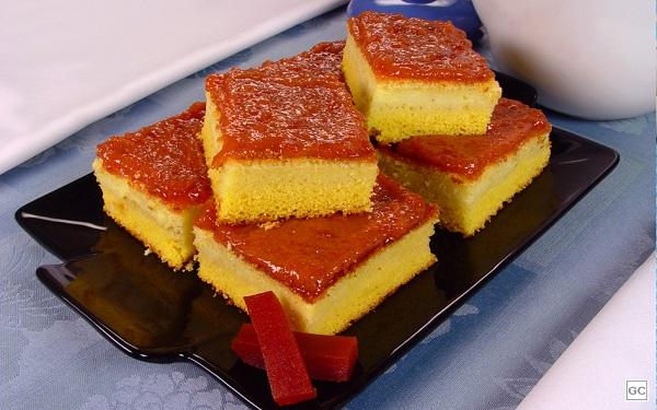 Receita de bolo de fubá cremoso com cobertura de goiabada (Imagem: Reprodução/Guia da Cozinha)