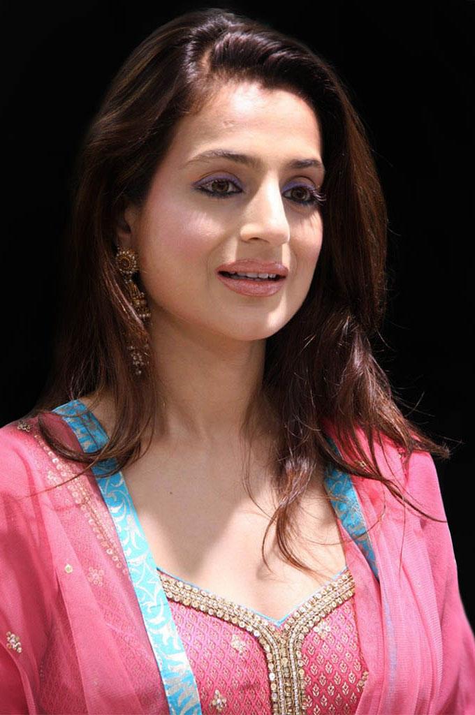 Amisha Patel Cute Wallpapers Movie Hub Amisha Patel Cute Photos