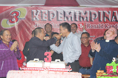 Bupati James Sumendap dan Wakil Bupati Ronald Kandoli tampak mesrah saat perayaan Kepemimpina selama Tiga Tahun di Mitra.