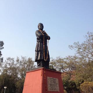 Davanti alla Biblioteca universitaria dell'Università di Delhi