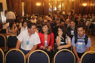 En la imagen se puede observar sentadas a la señora vicedirectora Claudia Emanuelli y a la profesora de marroquinería Angelica Vilca junto a los  alumnos.