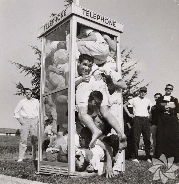 22-öğrencinin-telefon-kulübesi-rekoru