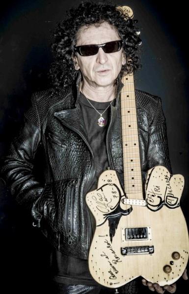 Foto de Alex Lora con su guitarra