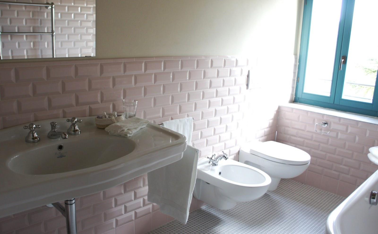 ceramica nei toni del rosa e del lavanda tenue. I sanitari bianchi e ...