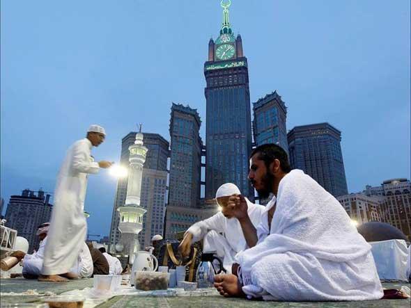 Suasana buka puasa di musim Umroh Ramadhan