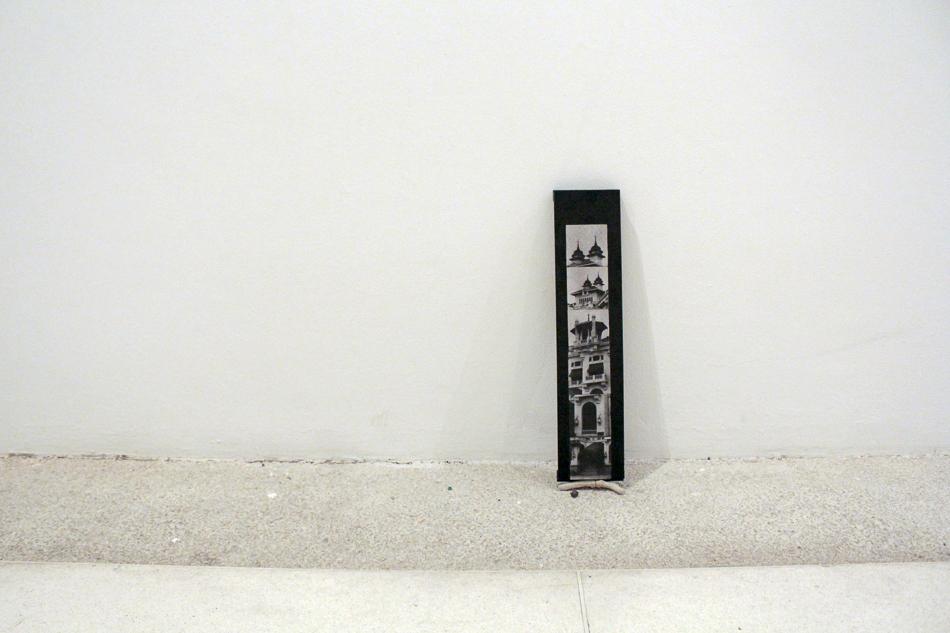 Situacion de peso 1 es una pieza de madera intervenida con fotografías de Luis Felipe Toro tomada del libro Crónica fotográfica de una época