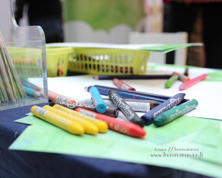 taaperotiistai värikynät pöydällä